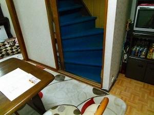2階に上がる階段の位置を変えます。