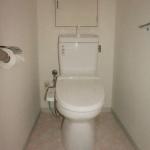 節水型トイレです。洗浄便座付です。