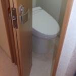トイレのドアは、通常の開き戸では、脱衣場が狭いので折り戸にしました。パナソニック製です