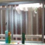 浴槽には、引き違い窓がある1.