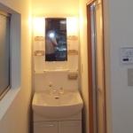 浴室のあった場所に洗面化粧台を設置。元々浴室内にあった窓を脱衣場の窓として使用。採光にも適しています。
