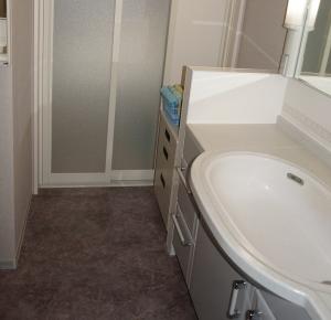 浴室奥行が300mm広くなったなの洗面化粧台の横に収納スペースが出来た。