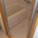 元々トイレがあった場所に浴室を設けました。トイレの巾より大きくとりました。システムバスTOTOリモデルバスWH-Tタイプの大きさは1014タイプ