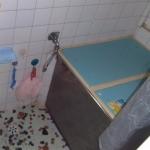 浴室は、細長く狭いタイルの浴槽で冬などは寒さがしみる