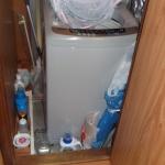 勝手口の土間に洗濯機を置いている。勝手口がまったく利用できない状態。