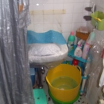 畳1畳ほどの浴室に洗面器が取り付けられていた